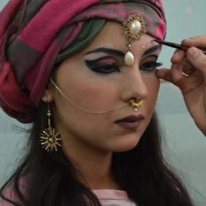 ученики делают макияж