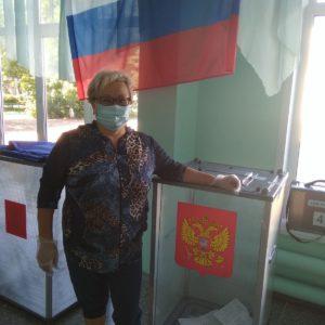 педагог-организатор Сафарова МН на избирательном участке