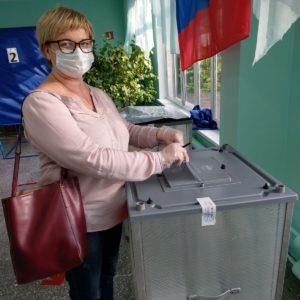 сотрудник Хозова А на избирательном участке