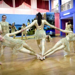 На фото танцующие дети