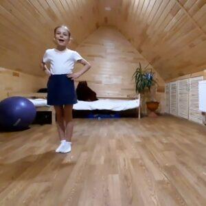 Обучающаяся танцует