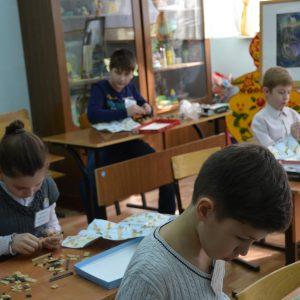На фото участники конкурса во время выполнения задания