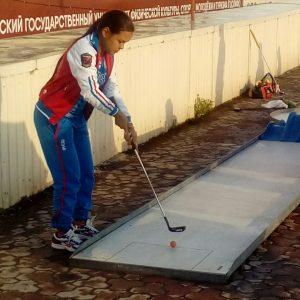 девочка во время соревнований по мини-гольфу