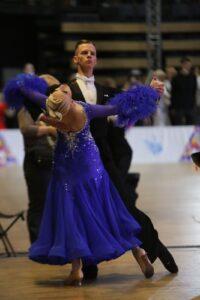 На фото пара танцоров бальников