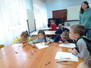 Детки за столом рисуют