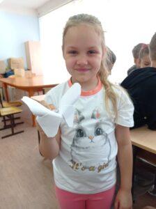 Девочка с бабочкой из бумаги в руках