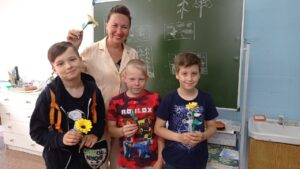 мальчики с педагогом сделали из оригами цветы